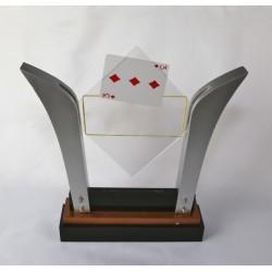 Carta che appare tra lastre trasparenti tenute da elastico